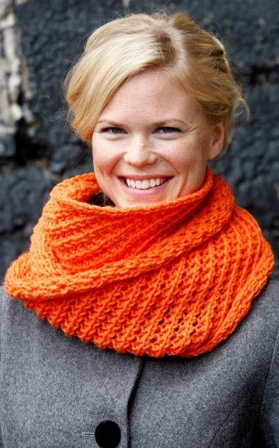 Beautiful lace collar knitted from perky orange yarn. Instructions in Finnish at Novita.fi. YARN: NOVITA 7 VELJESTÄ