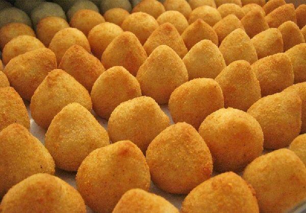 A Coxinha Cremosa é deliciosa! Sua massa é diferente porque leva farinha de milho na preparação e o recheio de frango é muito saboroso. Faça e confira o re