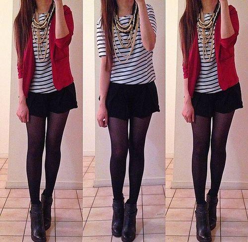 Blusa de rayas con suéter rojo, short y medias negras.