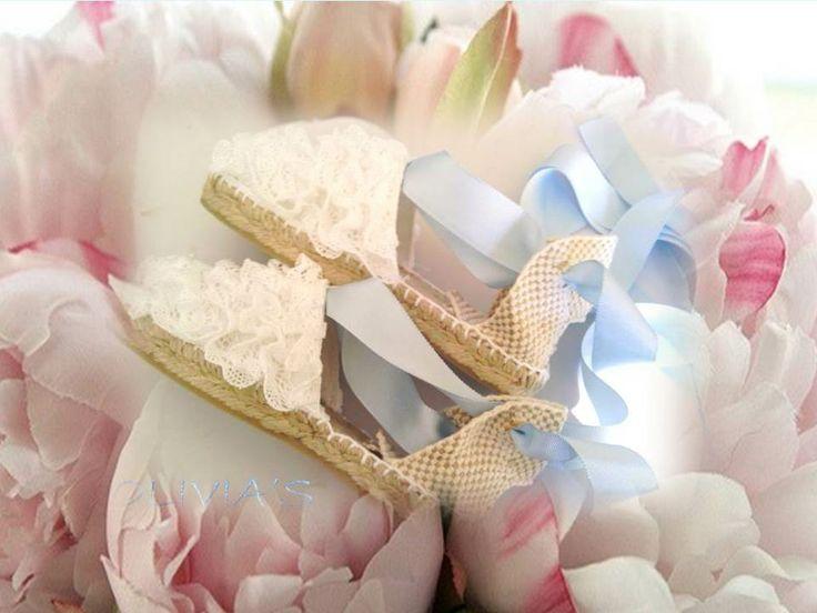 Alpargatas blancas con puntilla fruncida y lazos en celeste