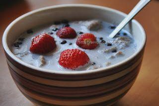 Pełnoziarniste kluski lane na mleku z jagodami i truskawkami