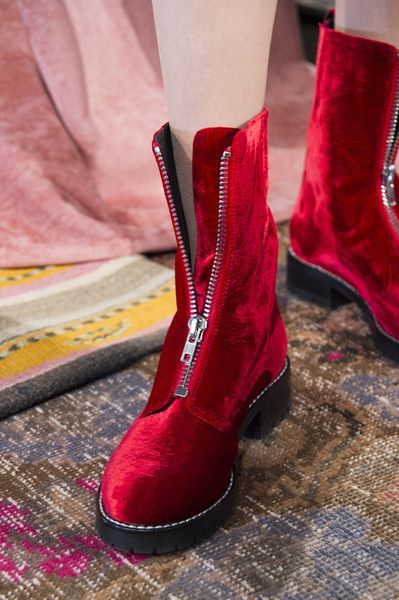 Alice + Olivia at New York Fashion Week Fall 2017 - Details Runway Photos