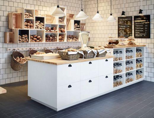 Panetteria arredata con pensili a giorno e un bancone con cassetti e scaffali a giorno – IKEA