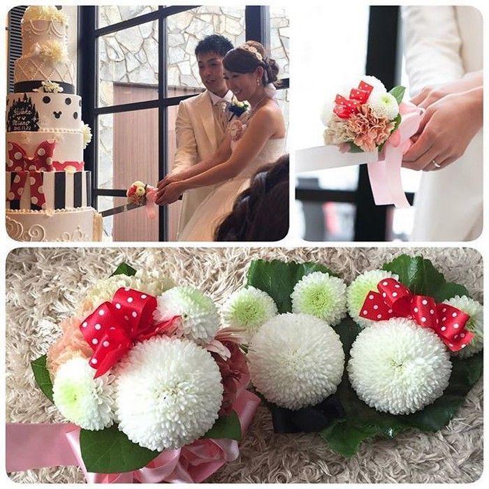 披露宴の注目イベントのひとつ、ケーキ入刀。 実はケーキ入刀用のナイフにも隠れミッキーが!! ホワイトのお花で作られたミッキーとミニーがそろっておふたりのお手元に♪