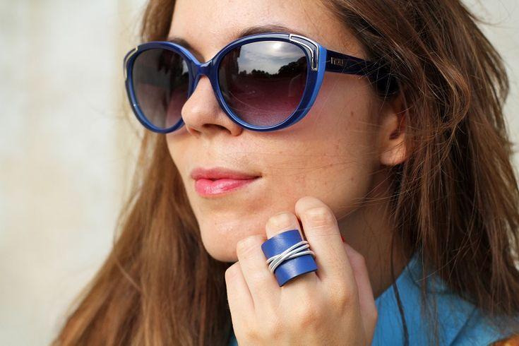 anello   anello blu   accessori   smalto rosso   occhiali da sole   occhiali da sole moda