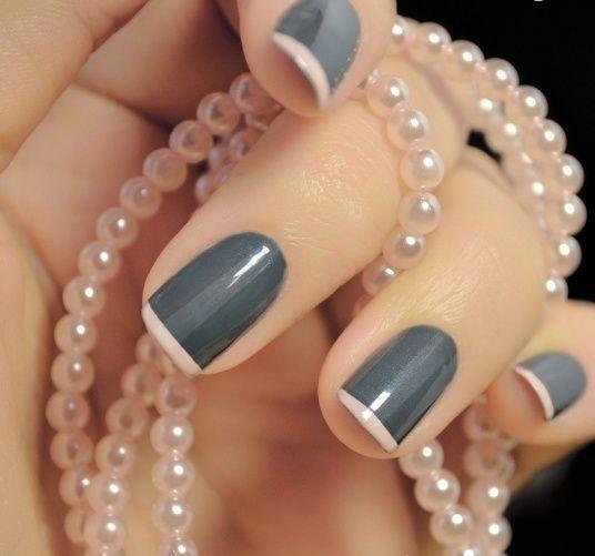 Nuevo estilo de #manicure #francés con gris y blanco. ¿Te gusta esta idea? Encuentra calcomanias para hacer el borde en nuestra tienda.