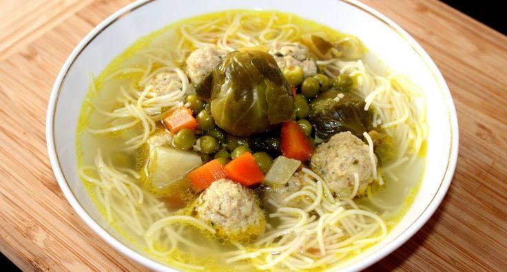 Húsgombócos zöldségleves recept: Ez a húsgombócos zöldségleves egy nagyon finom, laktató leves. Akár önállóan is megállja a helyét egy ebéd alkalmával, nem szükséges második fogásnak követnie. Aki szereti a tartalmas leveseket, annak jó szívvel ajánlom. :) Próbáld ki Te is ezt a receptet! ;)