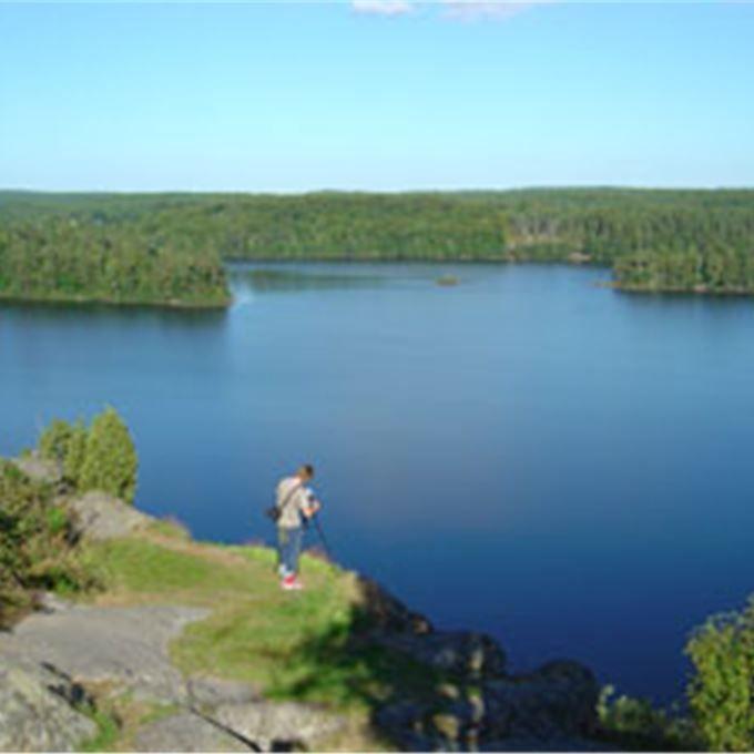 VALHALL (Valhallavägen 81, Olofström) - Ättestupan: En 40 m hög brant med en fantastisk utsikt över sjön Orlunden med omgivningar. Enligt sägen var här en ättestupa före den kristna tiden. När åldringarna blev för gamla för att klara sig själva sägs det att de kastades utför branten.