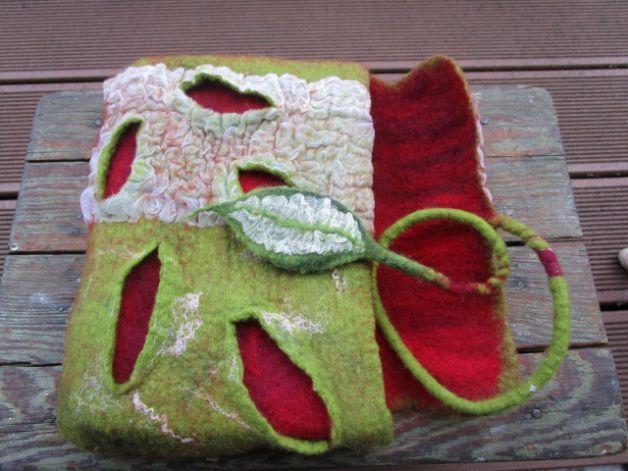 Wunderschöne Tasche, aus feinster Merinowolle und Seide, in einem Stück handgefilzt. Sie besitzt eine sehr aufwendig gestaltete, interessante Oberfläche. Dies macht sie zu etwas ganz Besonderem...