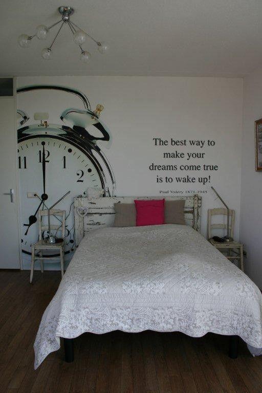 muurschildering boven het bed. Alleen alleen ander lettertype, andere stijl, geen wekker