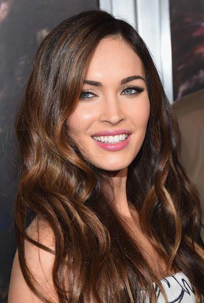 Megan Fox con i capelli castano lunghi e sciolti