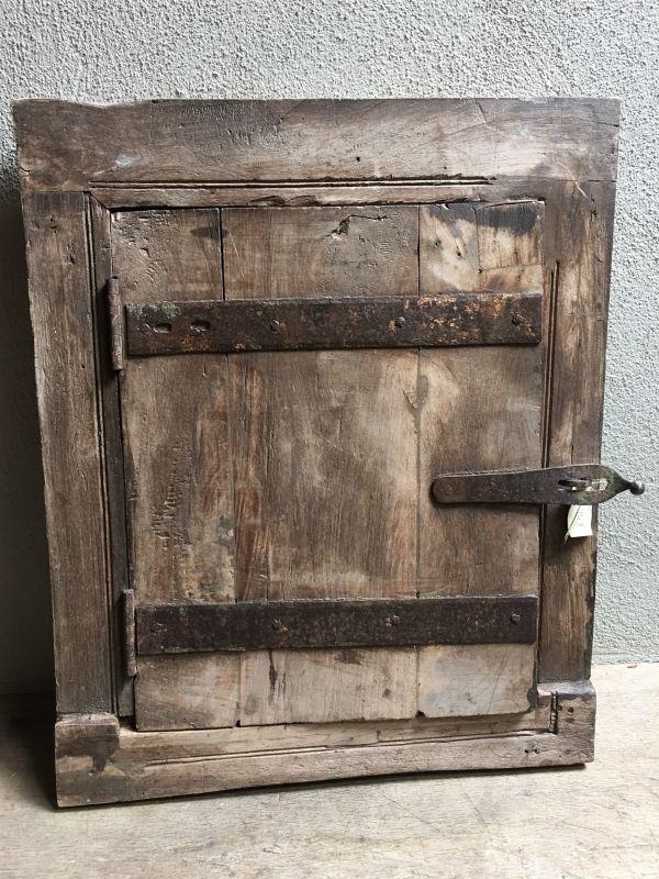 Oud houten kozijn stalraam met luiken en spiegel landelijk venster landelijke stijl brocant vintage oud hout