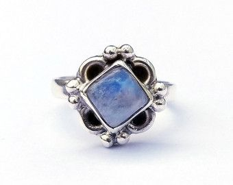 Opalring Mond, Mond-Ring, Ringe, Gold Ringe Stapeln, Minimal Stapeln Ringe Stapeln,  🌙 Laß diese zierlichen Opal Mond ring Glanz hell unter Ihre Ringe. 🎉 Eine winzige Opal Naturstein und einer gehämmert Mondsichel Frame die offene Einstellung dieses zarte Rings. Seine einzigartige, minimalistisches Design macht dieses Stück eine saubere noch Fett-Ring. Fügen Sie einige großartige Stimmung perfekt.  Wenn Sie benutzerdefiniertes Größe wählen, Bitte hinterlassen Sie Hinweis für tinybox12…