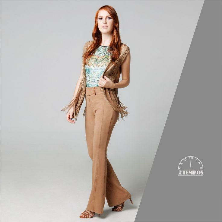"""Look """"Folk70"""" Texturas de camurça, colete com franjas, estampa suave e calça flare com caimento perfeito!"""