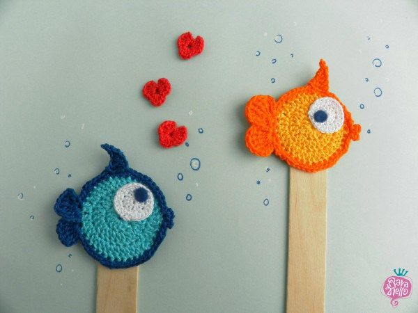 Little fishes fall in love - Handmade crochet bookmarks - Segnalibri al'uncinetto fatti a mano #crochet #fish #bookmark #littlefish Find more on www.rava-nello.com