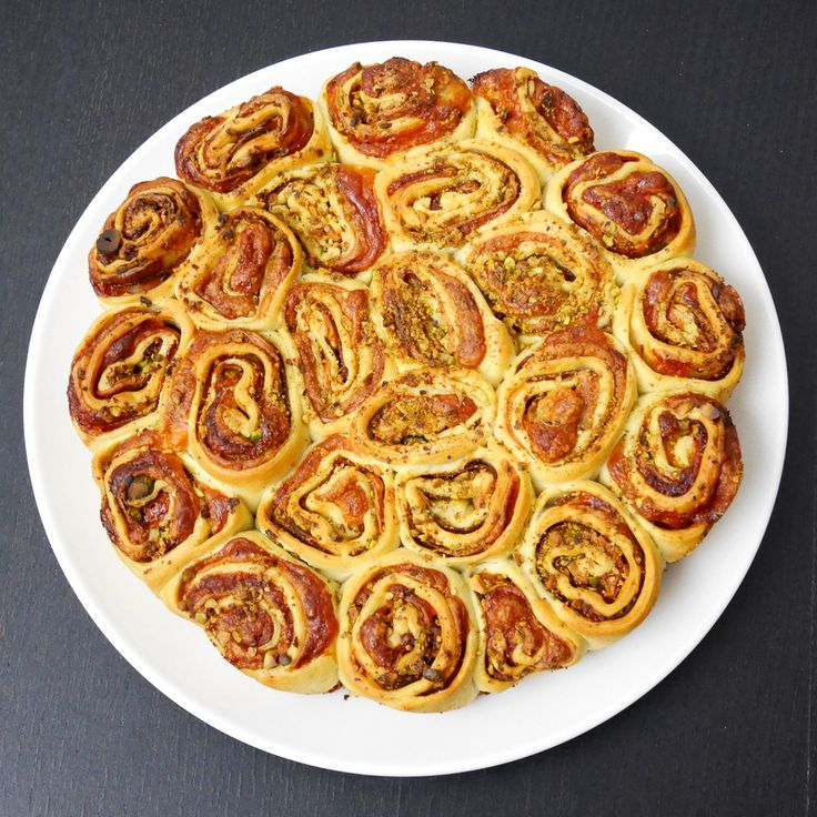 Torta di rose salata mortadella e pistacchi