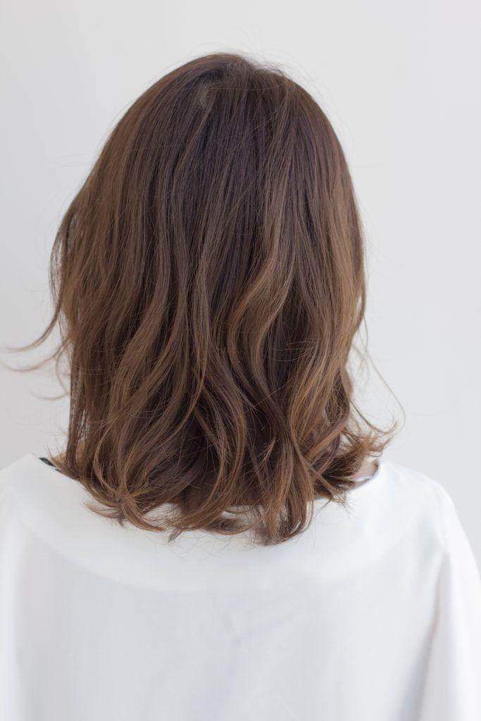適度なボリューム感があり、挑戦しやすいカジュアルミディアムヘアのご紹介です。スタイリング剤を揉み込むだけで完成するので、アレンジがちょっと苦手、というLEE読者にもおすすめできるヘアスタイルです。 ポイントは、髪の表面だけ巻き方を変えたパーマ。ウェーブに独特のニュアンスを出し、ふんわりした動きを作ってくれるの