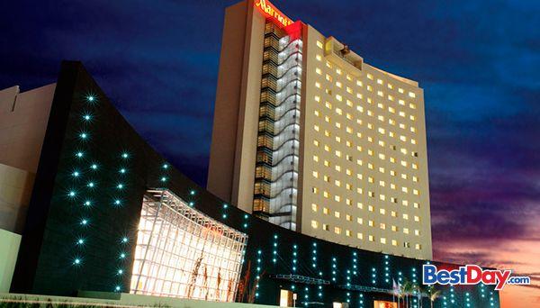 Marriott Aguascalientes es una propiedad de lujoso y vanguardista estilo, alojada en un edificio de 15 niveles, al norte de la ciudad. La moderna decoración se refleja desde el lobby hasta las sofisticadas 287 habitaciones y suites. Cuenta con piscina y jacuzzi, área de juegos infantiles y cinco salas de reuniones con 1,300 m². Es frecuentado por viajeros ejecutivos y por vacacionistas que visitan Aguascalientes. ¡Vive tu propio #MyBestDay!