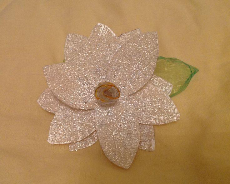 Fiore di gardenia: bottiglie di plastica, resina e microsfere di vetro