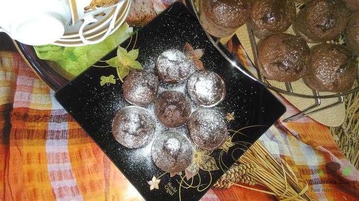 """Muffins cu ciocolată. Când văd ciocolată, în gândul meu zic """"Mmmmm"""", dar când văd brioșe cu ciocolată, în gândul meu zic """"Uaaaaaa"""" )))). Deci, sunt foarte simplu de realizat, merită să le încercați.   #Brioșe #Ciocolată #Muffins #Ou #Unt"""