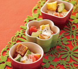 【トマトとアボカドのパングラタン】バゲットは固くなったものでOK。モッツァレラチーズがとろりと溶けた、朝食にぴったりのメニューです。  http://lecreuset.jp/community/recipe/bread-gratin-of-tomato-and-avocado/