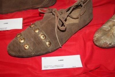 1460 yılından bir erkek ayakkabısı.. sadece rengi solgun gözüküyor. Belkide doğal rengi budur. Zira o yıllarda kimyevi hiç birşey kullanılmıyordu ve o nedenle herşey daha kaliteliydi …