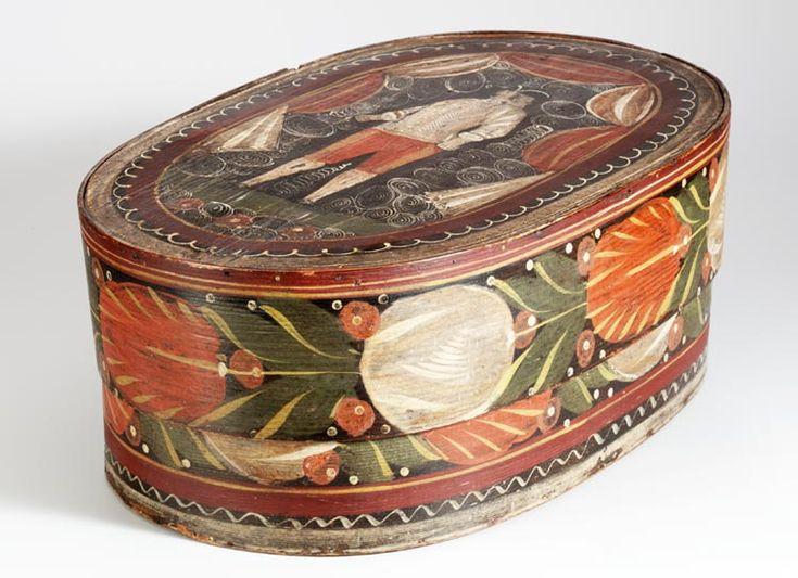 Kappendoos, 1750-1800 Kleine kledingstukken werden in Marken veelal bewaard in dozen, tonnetjes en kisten. De dozen werden gestapeld. Tussen de dozen lagen geborduurde kleedjes ter bescherming van de decoratie op de deksels. De spanen dozen komen uit Duitsland, uit het Zwarte Woud. De oudste zijn versierd met kleine motiefjes. #NoordHolland #Marken