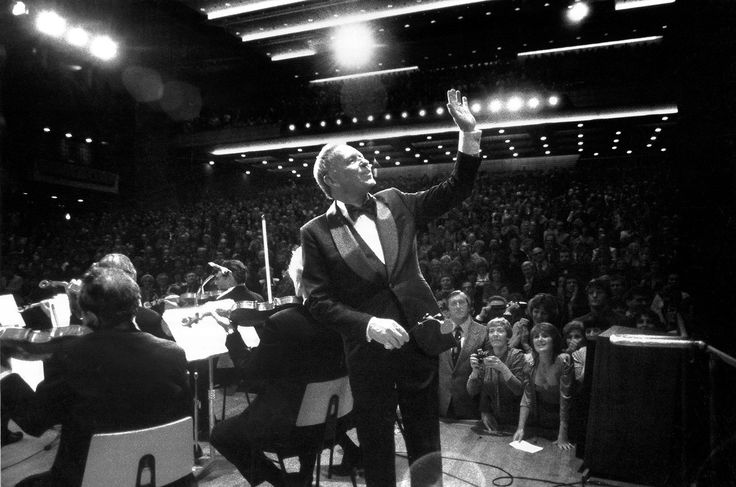 Sinatra on stage at the Royal Festival Hall in London, 1980. By David Redfern/Redferns/Getty Images.