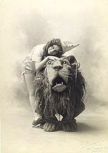 The Wizard of Oz (1902 musical) - how adorable are Dorothy and the Lion?