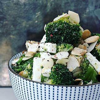 Zapraszam na lekką i zdrową kolację#migdały #sałata #serfeta #brokuły #PodNiebienie #salad #almondflakes #veggies #broccoli #fetacheese