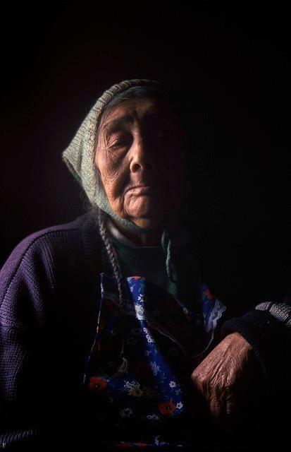 """""""Triste suspira una mujer. es una mujer Mapuche, ella, también puede ver, luz de día, oscuridad de noche.""""  María Inés Añiñir Antihuala"""