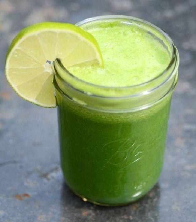 Receta de jugo para aliviar la hinchazón abdominal | Recetas para adelgazar  Ingredientes: 2 pepinos 3 tallos de apio un puñado de espinacas 1/2 limón (zumo) 1 manzana verde 1/2 pulgada de raíz de jengibre. Licuar todos los ingredientes y beber cuando se presenten síntomas de hinchazón abdominal.