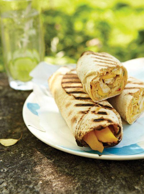 Pitas grillés au poulet et à la mangue Recettes | Ricardo la salade de chou est super bonne miam !