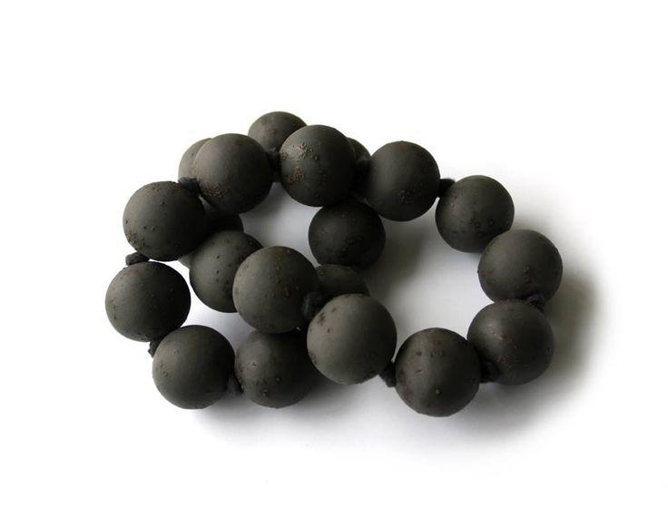 """Marion Delarue - expo """"noir comme basalte"""" - Cosmic fusion, en basalte et porcelaine noire fusionnés"""