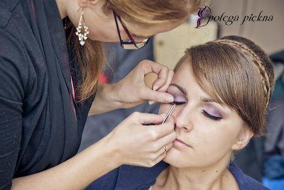 W trakcie wykonania makijażu ślubnego dla Ani. Kosmetyczne poprawki.