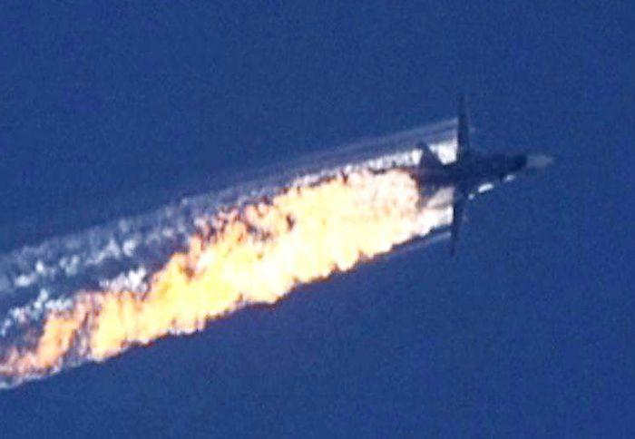 """L'ira di Putin: """"E' stata una pugnalata, la Turchia è complice dei terroristi"""". I ribelli siriani hanno aperto il fuoco sui due piloti che si erano paracadutati fuori dal jet uccidendoli. Mosca sostiene di non aver violato lo spazio aereo turco ma Ankara; abbiamo colpito dopo vari avvertimenti, rispettate le regole di ingaggio. Il jet si è schiantato in Siria nei pressi di un villaggio turcomanno tra le montagne.  (ANSA)"""
