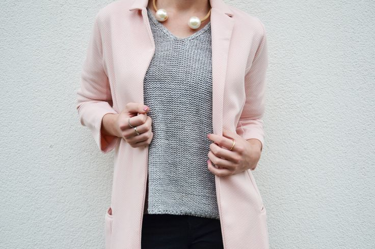 Pearls, pastel pink en grey = very stylish!