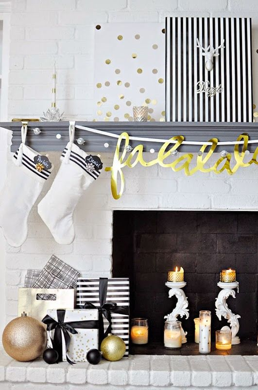 Black, white & gold modern & chic holiday decor. For more DIY decor ideas, head over to monicawantsit.com: