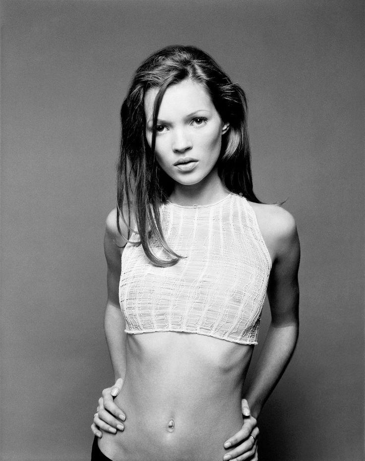 "Modelo Kate Moss, símbolo do termo ""heroína chique"" nos anos 90"