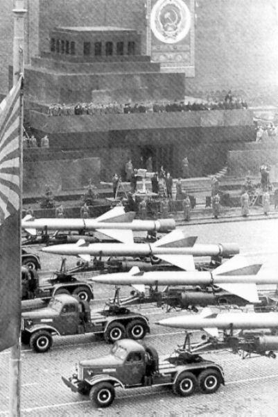 auto's van de sovjet unie die wapens dragen wat in Cuba hadden de russen allemaal raketten enz. neergezet