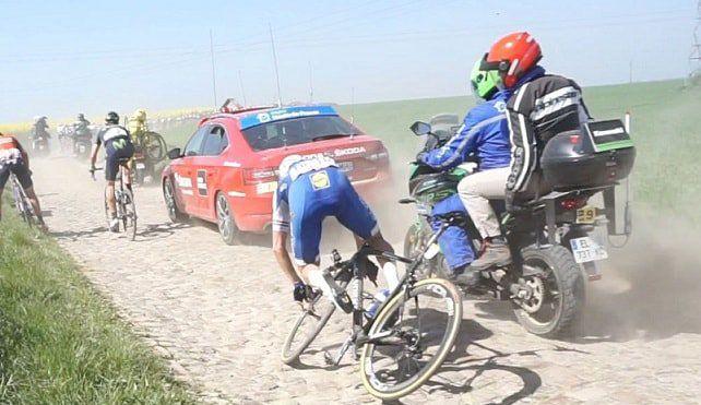 Niki Terpstra (Quick-Step) não finalizou o Paris-Roubaix 2017. O atleta sofreu um acidente por causa de falhas mecânicas no sistema FutureShock da Specialized. Algumas imagens que foram compartilhadas nas redes sociais mostram o guidão de Terpstra completamente solto.   #bike #ciclismo #ciclismo de estrada #paris roubaix 2017 #specialized 2017 #Specialized bikes #speed #tecnologia na bike
