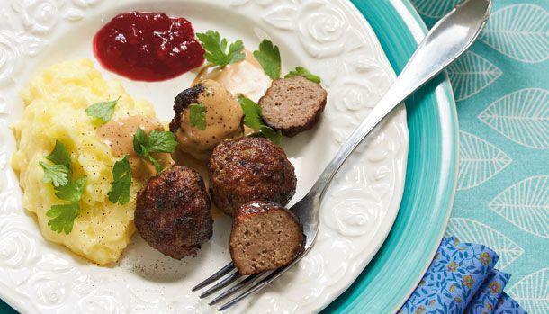 Svenske kødboller er en klassiker, som egentlig minder lidt om vores frikadeller. De spises med kartoffelmos, syltede tyttebær og flødesovs. Har du endnu ikke smagt dem, så får du opskriften lige her.