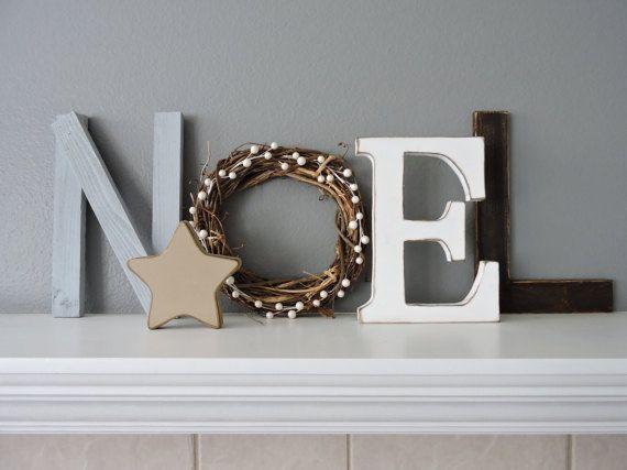 Mooie rustieke gratis staat Noel belettering. Dit zal een geweldige toevoeging aan uw kerst decor maken.  De N is gemaakt van hout en maatregelen 12  De O bestaat uit een krans van de grapevine en maatregelen 10 in diameter.  De E is van hout gemaakt en meet 10  De L is gemaakt van hout en maatregelen 12  Ster is opgenomen.