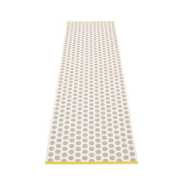 Noa - Warm Grey · Vanilla · Mustard Edge, Plastic rug 70 cm wide. Skapad med passion och stolthet i sverige av Pappelina.
