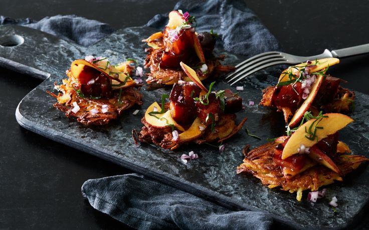 Att bjuda på klassikern råraka går alltid hem! Servera med äpple och bogfläsk som fått koka med honung och kummin.