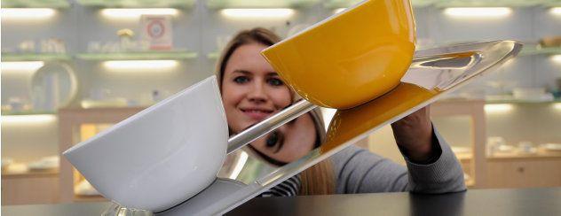Geschirr, das nicht rutscht, kratzt und klappert: Claudia Biedermann von Kahla Thüringen Porzellan demonstriert die neue Technologie Magic Grip, die das Unternehmen auf der Fachmesse Ambiente in Frankfurt/Main vorstellt. Foto: Tino Zippel
