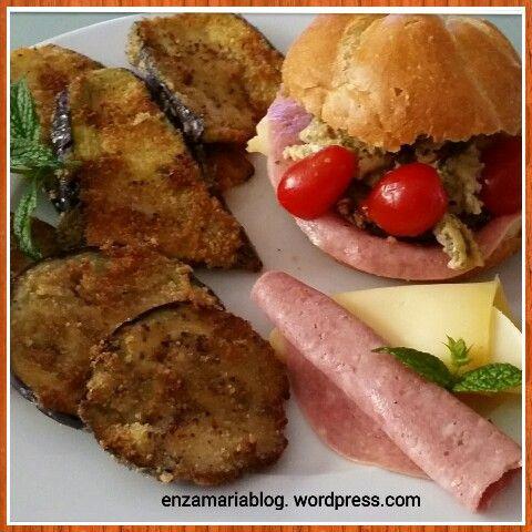 Panino con cotoletta di melanzane, italiaanse bol met aubergine schnitzel. enzamariablog.wordpress.com