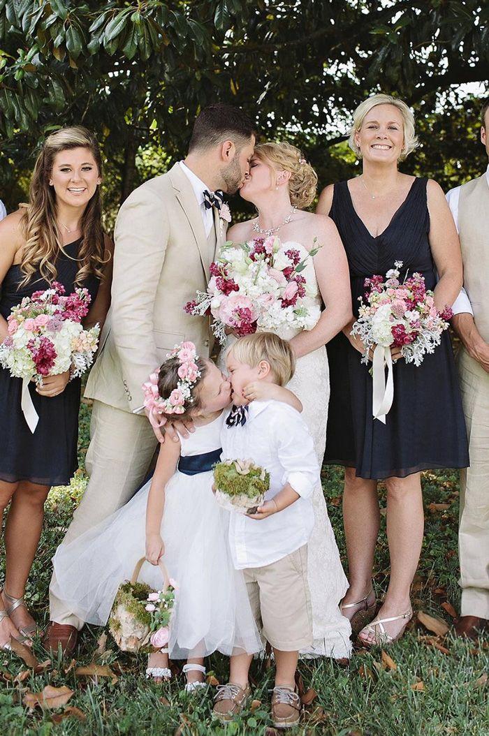 Damas de honra se beijam no casamento.