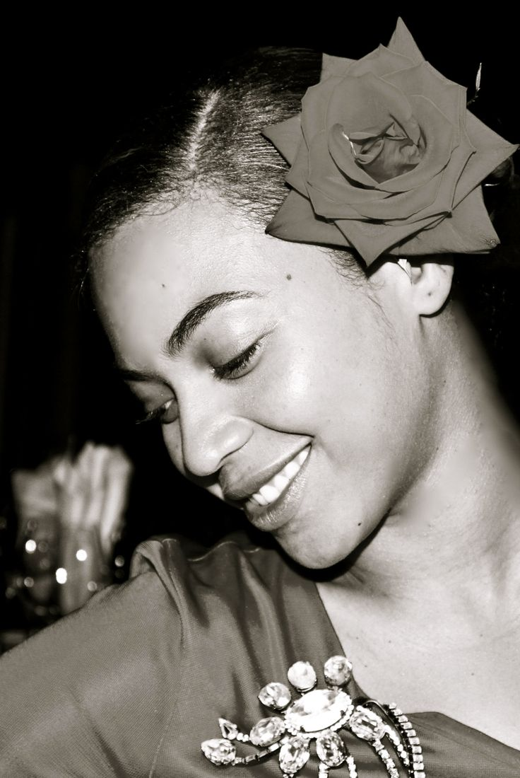 Love this pic of Beyonce ... she looks like a jazz singer a la Billie Holiday or   Ella Fitzgerald.