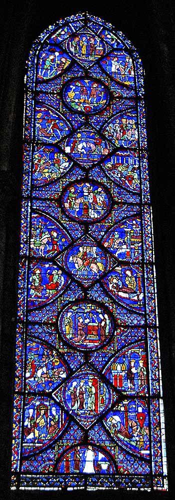 Cathédrale Notre-Dame de Chartres - vitrail : composition de verre formée de pièces de verre. Celles-ci peuvent être blanches ou colorées et peuvent recevoir un décor. Le mot vitrail désigne une technique tandis que la fermeture d'une baie fixe avec du verre s'appelle une verrière.  Depuis le début du Moyen Âge, ces pièces sont assemblées par des baguettes de plomb, appelées de la même manière, « plomb ».